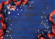 Día feliz de Australia, el 26 de enero, el vintage azul marino del tema apenó el fondo de madera Fotos de archivo