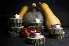 Día feliz de la acción de gracias, decoración en una tabla de madera con Burnin Imagenes de archivo