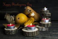 Día feliz de la acción de gracias, decoración en una tabla de madera con Burnin Foto de archivo libre de regalías