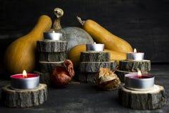 Día feliz de la acción de gracias, decoración en una tabla de madera con Burnin Imagen de archivo
