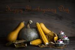 Día feliz de la acción de gracias, decoración en una tabla de madera con Pumpki Fotos de archivo