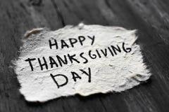 Día feliz de la acción de gracias del texto en un papel Fotografía de archivo