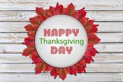 Día feliz de la acción de gracias escrito en forma en la textura de madera blanca Imagen de archivo libre de regalías