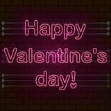 Día feliz del `s de la tarjeta del día de San Valentín La señal de neón rosada en una pared de ladrillo imagen de archivo libre de regalías