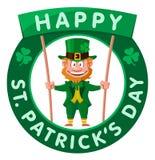 Día feliz del ` s de St Patrick El duende sostiene la bandera Foto de archivo