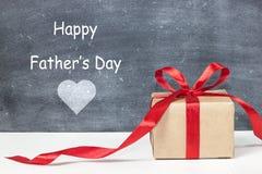 Día feliz del ` s del padre Caja de regalo para el papá imagen de archivo