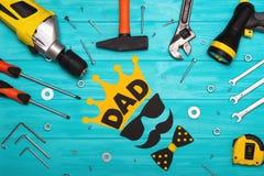 Día feliz del ` s del padre Postal para el papá Herramientas en un fondo de madera Fotografía de archivo