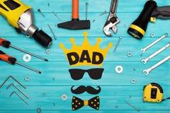 Día feliz del ` s del padre Postal para el papá Herramientas en un fondo de madera Foto de archivo libre de regalías