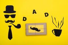 Día feliz del ` s del padre Postal, regalo y una taza de café caliente para el papá El sombrero, los vidrios, el bigote, el tubo  Foto de archivo