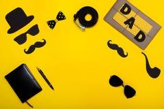 Día feliz del ` s del padre Postal y un regalo para el papá El sombrero, vidrios, bigote, tubo que fuma, correa, libreta, pluma,  Imagenes de archivo