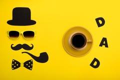 Día feliz del ` s del padre Postal y una taza de café caliente para el papá El sombrero, los vidrios, el bigote, el tubo que fuma Fotografía de archivo libre de regalías