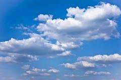 Día hermoso - cielo con las nubes Foto de archivo libre de regalías