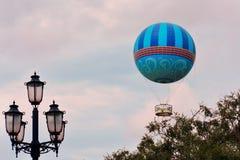Día hermoso del cielo de la puesta del sol con el balón de aire del vuelo en el lago Buena Vista imágenes de archivo libres de regalías