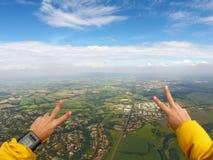Día hermoso del punto de vista del hombre del Paragliding imágenes de archivo libres de regalías