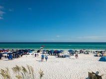 Día hermoso en la playa azul de la montaña Foto de archivo libre de regalías