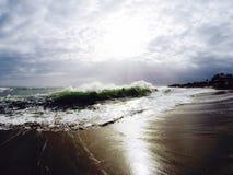 Día hermoso que disfruta del tiempo en una playa de Nueva Zelanda fotos de archivo libres de regalías