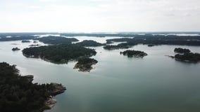 Día impresionante en el archipiélago por punto de vista de los abejones en el golfo de Finlandia almacen de metraje de vídeo