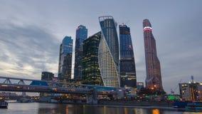 Día internacional de la ciudad del centro de negocios de los rascacielos al hyperlapse del timelapse de la noche, Moscú, Rusia metrajes