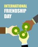 Día internacional de los amigos Amigos que beben la cerveza Tintineo de la visión superior Imagenes de archivo