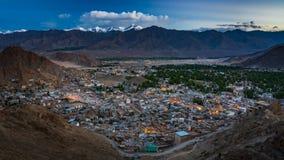 día 4K a la noche Timelapse de la opinión aérea de la ciudad de Leh, Ladakh, la India almacen de video