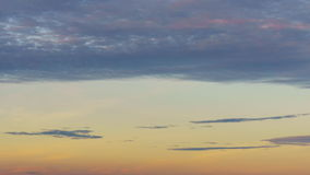 Día 4K/UHD al Noche-lapso: haces divinos vivos de oro del sol del timelapse del cielo de la puesta del sol 4K y rayos ligeros almacen de metraje de vídeo