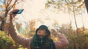 Día lindo del gasto de la muchacha en un bosque en otoño almacen de video