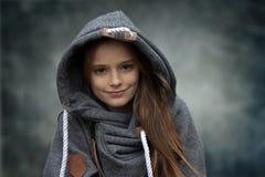 Día lluvioso, adolescente con la camisa de la sudadera con capucha Imagen de archivo libre de regalías