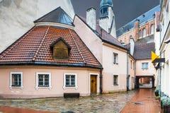 Día lluvioso en la ciudad vieja de Riga, Letonia Fotos de archivo libres de regalías