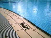 Día lluvioso en la piscina imagen de archivo