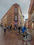 Día lluvioso en las calles de Albi fotografía de archivo