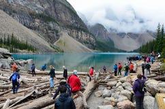 Día lluvioso en los turistas del lago moraine fotografía de archivo libre de regalías