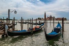 Día lluvioso en un embarcadero de la góndola en Venecia Italia foto de archivo libre de regalías
