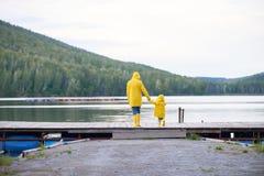 Día lluvioso por el lago Fotos de archivo
