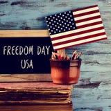 Día los E.E.U.U. de la libertad del texto y bandera americana Foto de archivo
