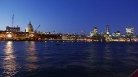 Día maravilloso al noche-Lapso-tiro de la ciudad del horizonte de Londres en 4k almacen de video