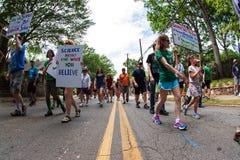 Día marzo de Carry Signs In Atlanta Earth de la gente para la ciencia foto de archivo