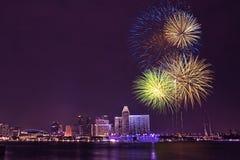 Día nacional de Singapur - fuegos artificiales en la bahía del puerto deportivo Imagen de archivo libre de regalías