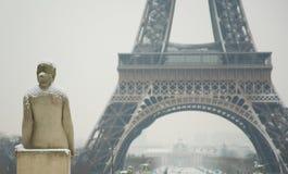 Día nevoso raro en París Fotos de archivo