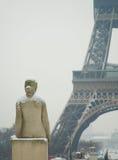 Día nevoso raro en París Imagenes de archivo