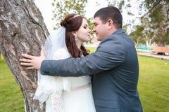 Día, novia y novio de boda hermoso fotografía de archivo libre de regalías