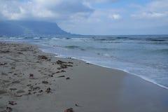 Día nublado de la playa ventosa tempestuosa Imagen de archivo libre de regalías