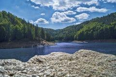 Día nublado en el bosque azul del lago Imagen de archivo