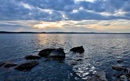 Día nublado en el lago Fotografía de archivo