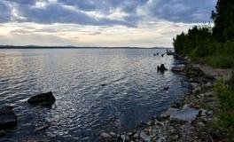 Día nublado en el lago Fotos de archivo