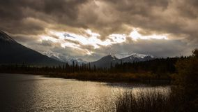Día nublado en el lago bermellón con los rayos ligeros almacen de metraje de vídeo