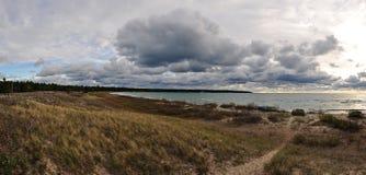 Día nublado en la costa en la isla de Manitoulin imagen de archivo