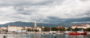 Día nublado en Riva Split, Croacia imagenes de archivo
