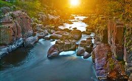Día otoñal de la belleza en el río de la montaña Fotografía de archivo