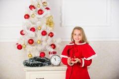 Día preferido del año Celebración de la Navidad Consiga increíblemente emocionado sobre la Navidad Traje festivo de la muchacha d fotografía de archivo