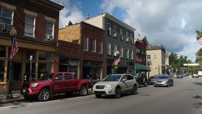 Día que establece el tiro de los escaparates genéricos de Main Street de la pequeña ciudad almacen de metraje de vídeo